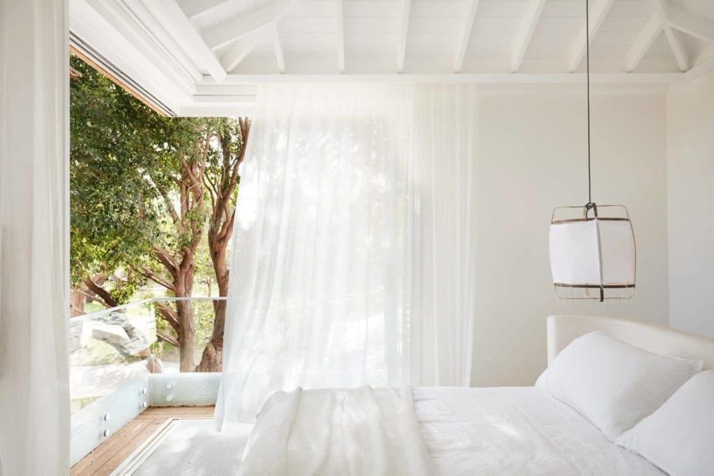 dom-wakacyjny-sypialnia-białe-wnętrze-lampa-łóżko-inspiracje