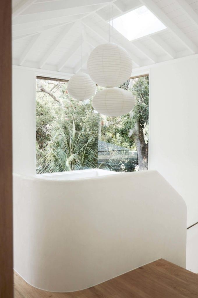 lampy-papierowe-inspiracje-wnętrze-biel-dom-wakacyjny-drewno-parkiet