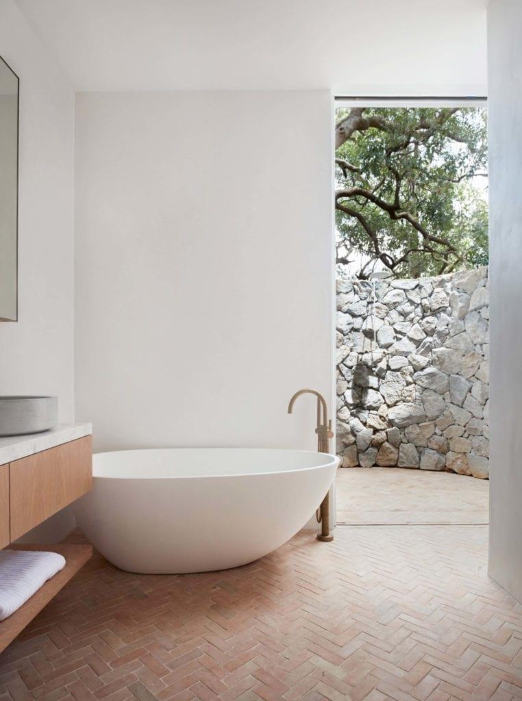 łazienka-otwarta-prysznic-wanna-inspiracje-biel-drewno