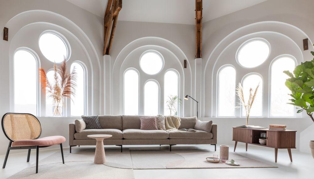 salon-jasne-wnętrze-krzesło-sofa-zuiver-dory-design