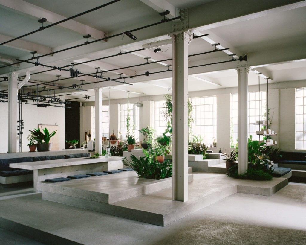 biuro-inspiracje-wnętrze-rośliny-beton-industrial-stalowe-kolumny