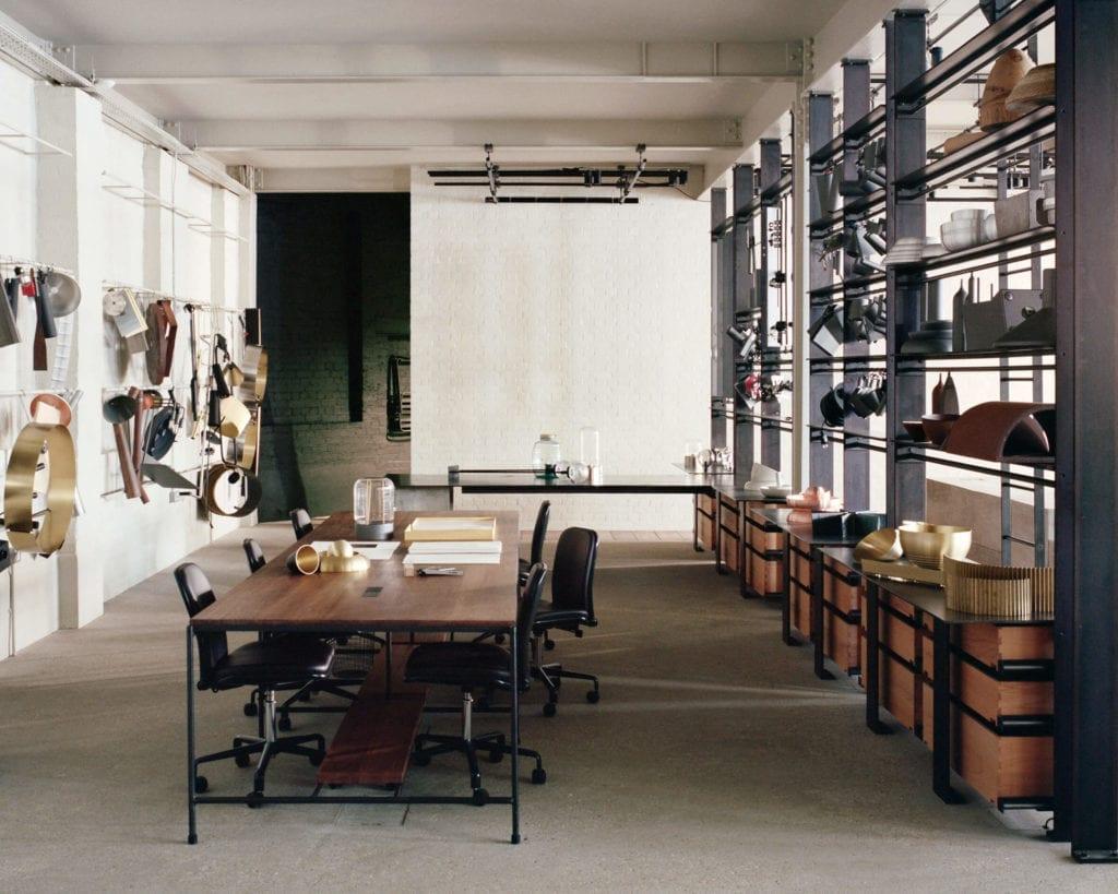 biuro-inspiracje-drewno-stalowe-elementy-beton-wnętrze-miejsce-do-poracy-stół-biurko-krzeło