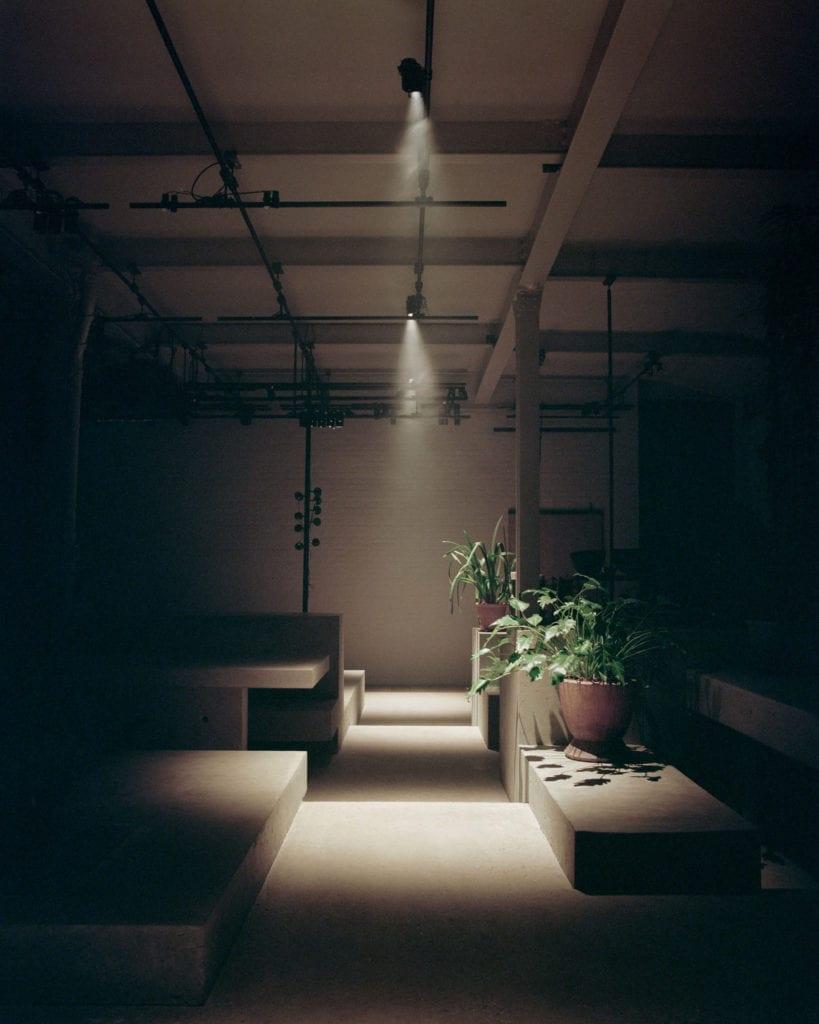 beton-wnętrze-miejsce-do-pracy-światło
