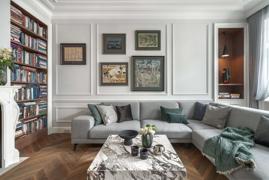 nowoczesna-klasyka-mieszkanie-wnętrze-inspiracje-salon-kanapa-sztukateria-obrazy-białe-ściany-regał-stół