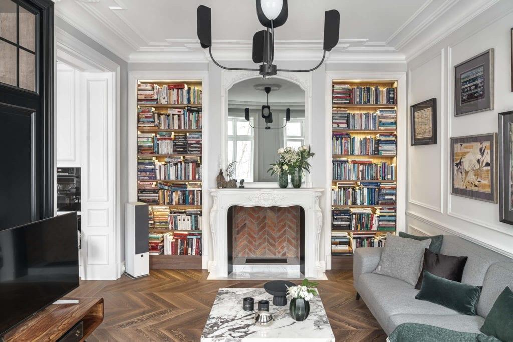 nowoczesna-klasyka-mieszkanie-wnętrze-inspiracje-salon-kanapa-sztukateria-obrazy-białe-ściany-komin