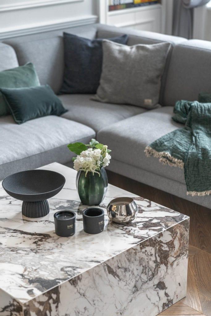 stolik-kawowy-marmur-jodełka-francuska-kanapa-poduszki