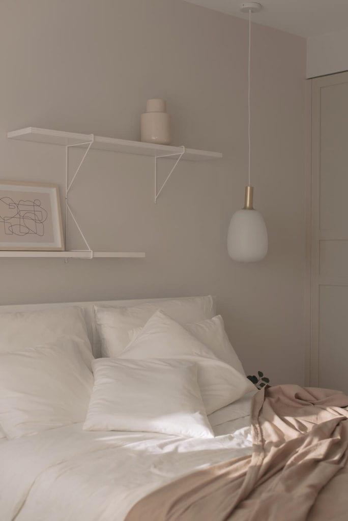 sypialnia-detale-pastelowe-wnętrze-inspiracje-łóżko