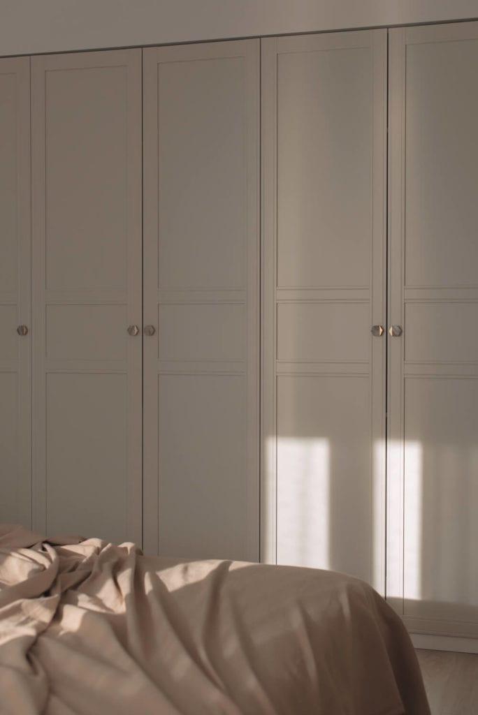 pastelowe-wnętrze-szafa-w-sypialni