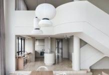 Penthaus-apartamenty-inspiracje-schody-lampa-wnętrze-salon-kuchnia-biel-beż