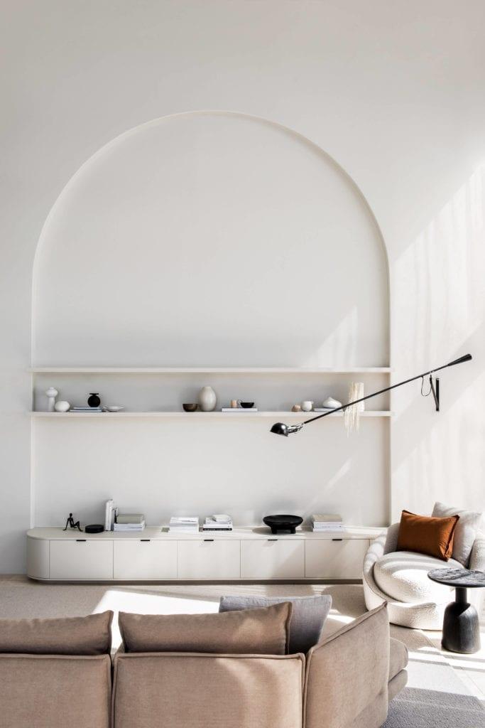 ściana-inspiracje-salon-wnętrze-kanapa-lampa-półki-stolik-dywan
