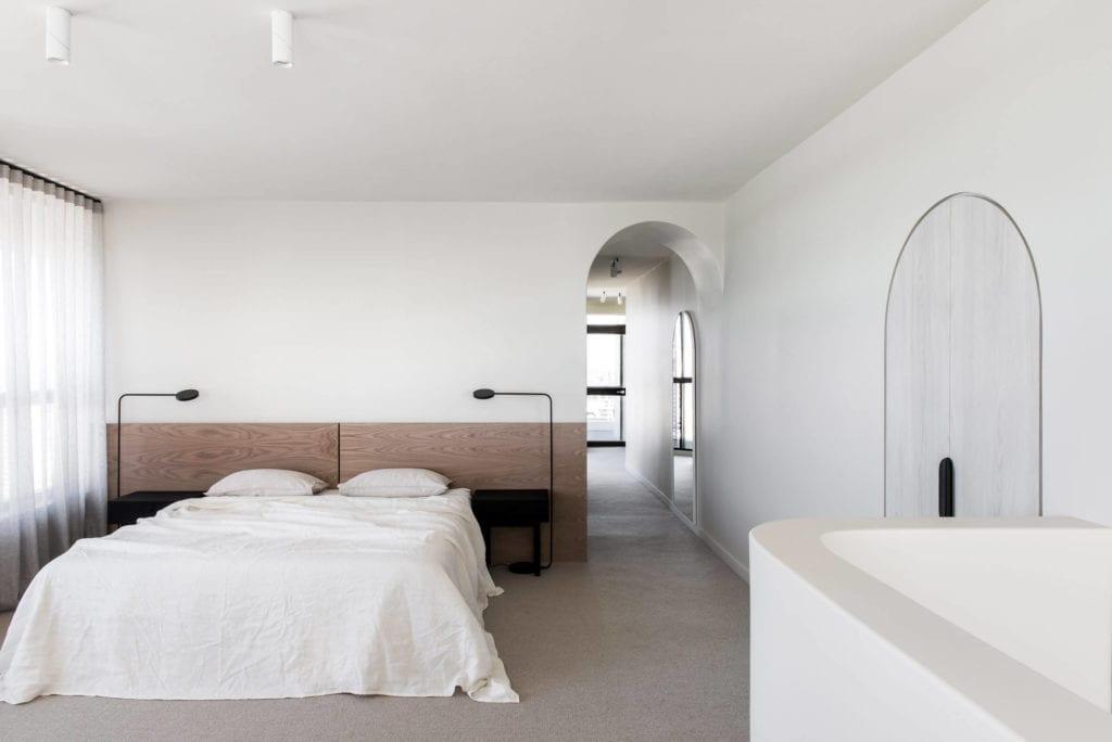 sypialnia-jasne-wnętrze-drewno-biel