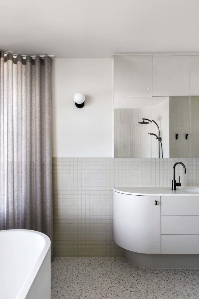 łazienka-Penthaus-apartamenty-mozaika-inspiracje-wnętrze-lampa-lustro