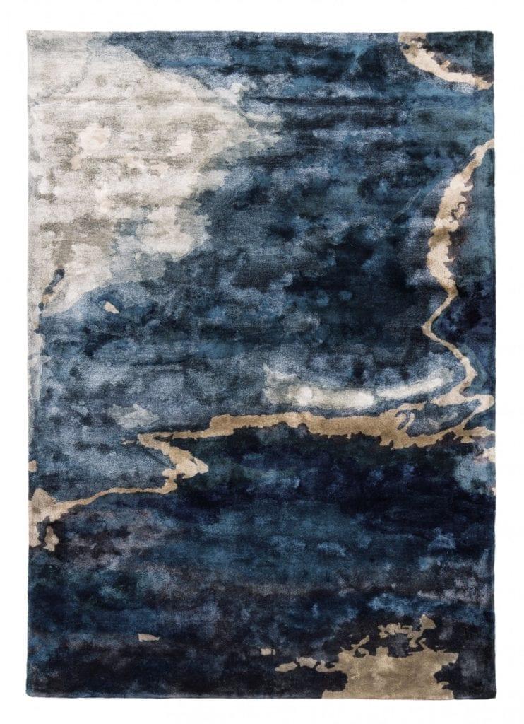 niebieski-dywan-wnętrze-2020-złoto