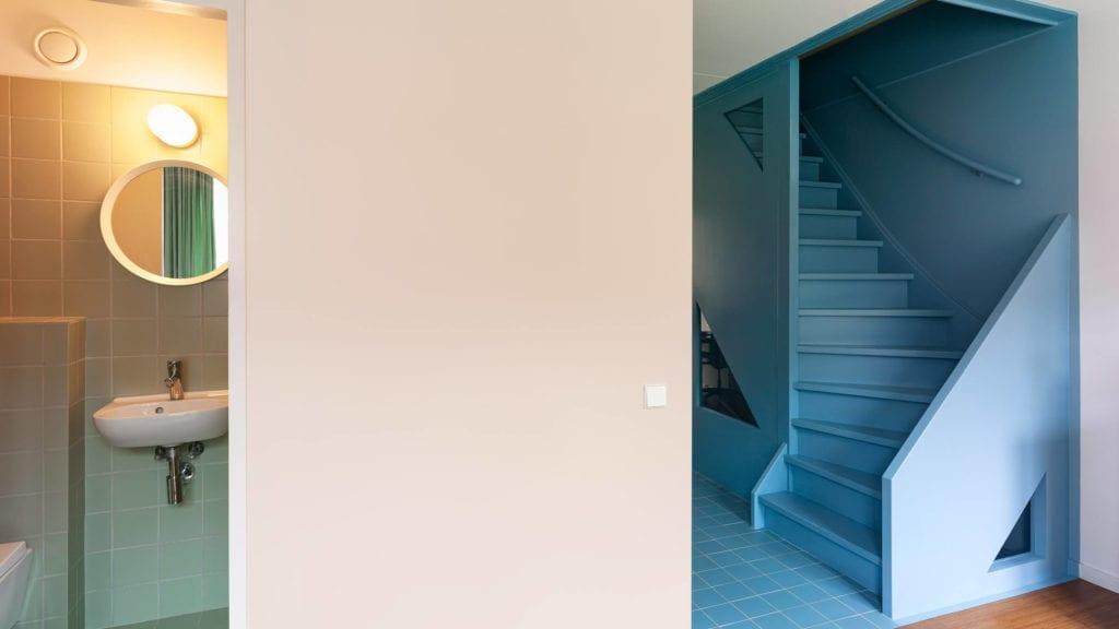 wnętrze-architekta-inspiracje-schody-łazienka-róż-niebieski