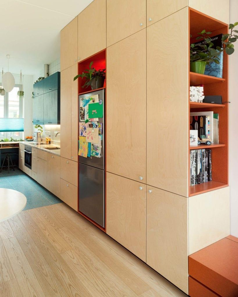 kuchnia-w-zabudowie-inspiracje-wnętrze-drewno-sklejka