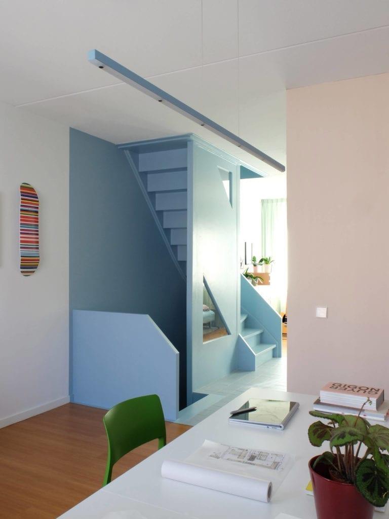 wnętrze-architekta-różowe-ściany-drewno-krzesło-zielone-schody-inspiracje-biurko