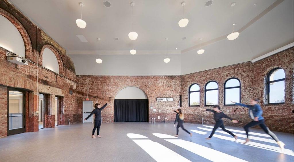zabytkowy-budynek-cegła-sala-gimnastyczna