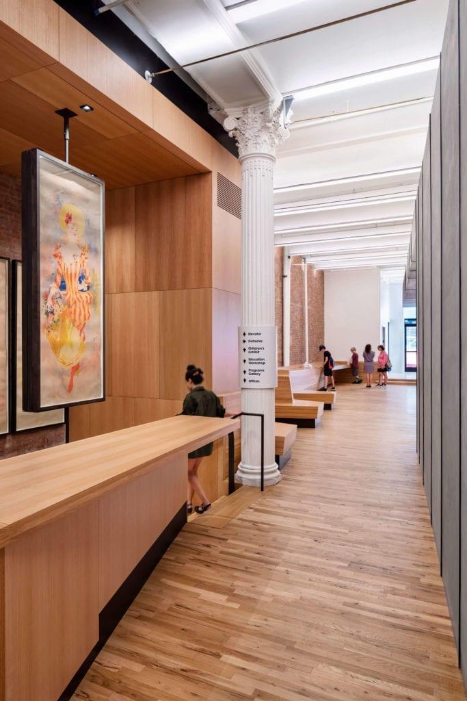 Inspiracje-wnętrze-muzeum-kolumna-neoklasyk-drewno-beton