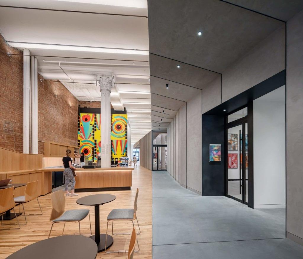 Łączenie-stylów-we-wnętrzu-inspiracje-muzeum-lobby-beton-kolumna-drewno-kontrast