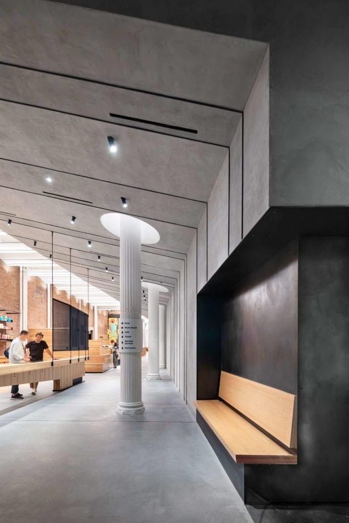 Łączenie-stylów-we-wnętrzu-inspiracje-muzeum-lobby-beton-kolumna-drewno
