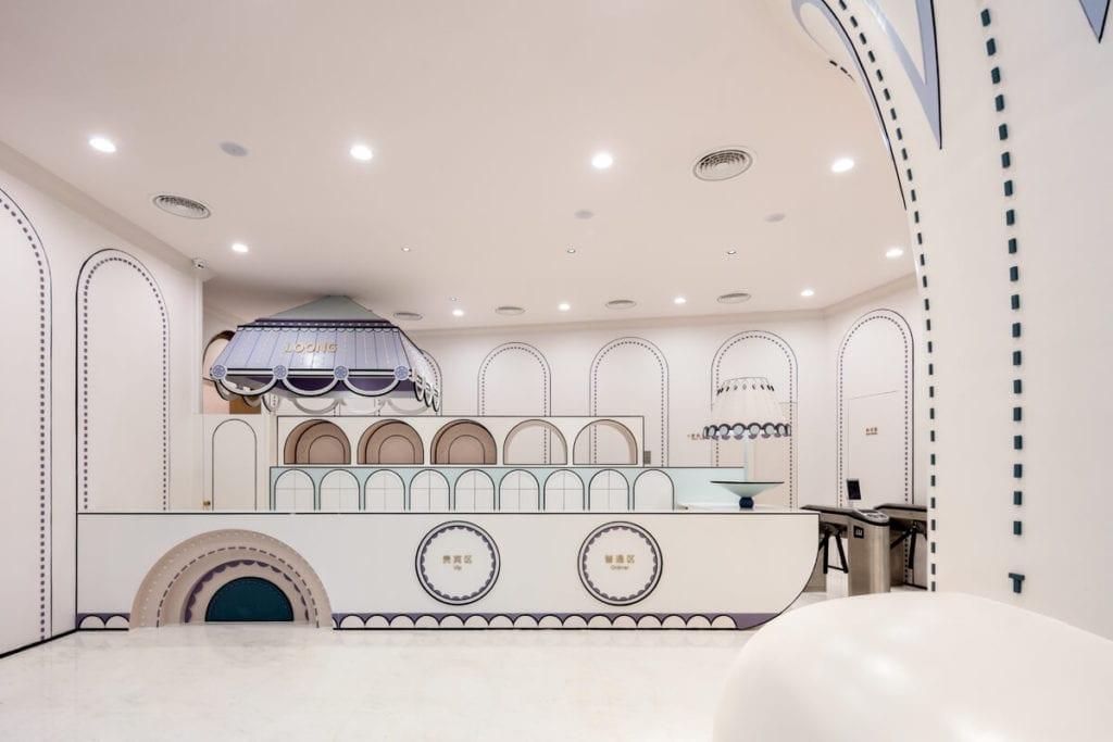 lobby-hol-inspiracje-bajeczne-wnętrze-pływalni-recepcja-białe-ściany
