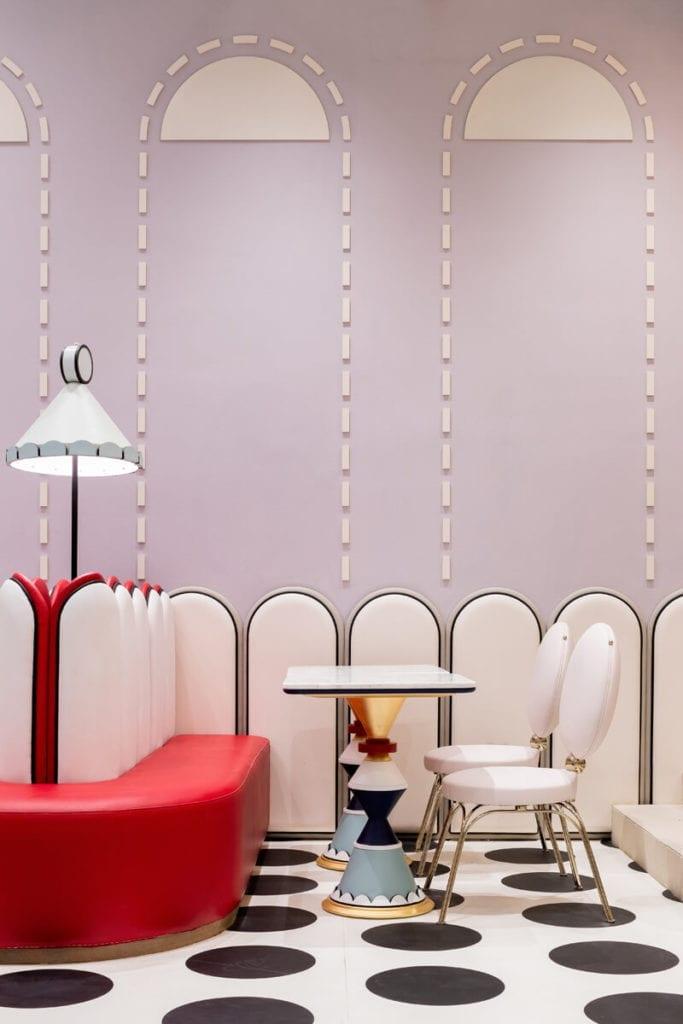 stoliki-inspiracje-bajeczne-wnętrze-krzesła-czerwień-róż