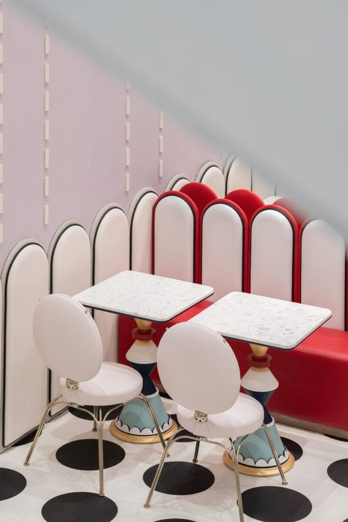 inspircje-bajeczne-wnętrze-pływalni-krzesła-stoliki