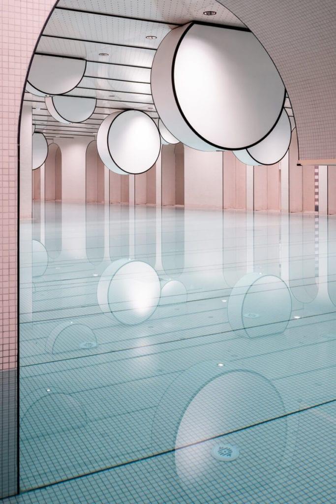 basen-inspiracje-oświetlenia-różowe-płytki-bajeczne-wnętrze