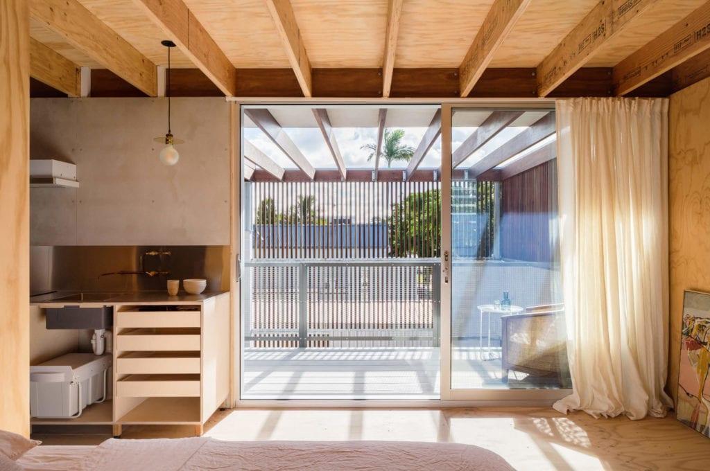 drewniane-wykończenia-wnęrz-salon-z-kuchnią-sklejka