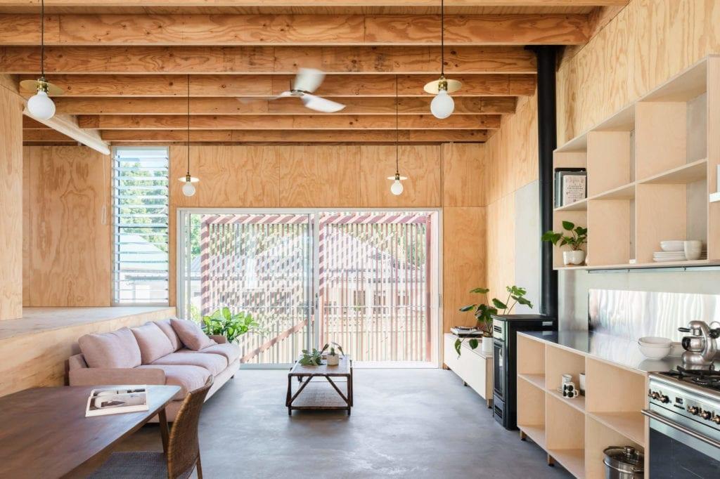drewniane-wykończenia-wnęrz-kuchnia-aneks-slon-okno