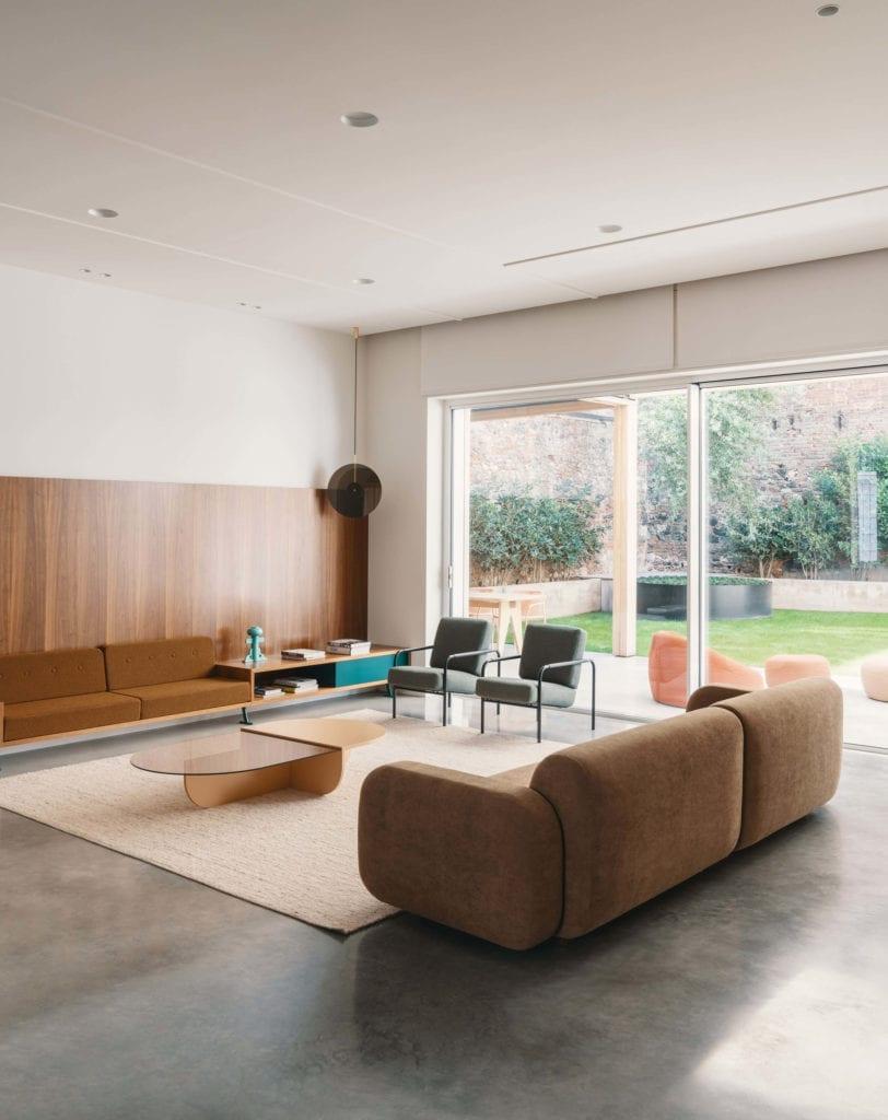 salon-wnętrze-mieszanka-stylów-inspiracje-sofa-drewno-biel-beton