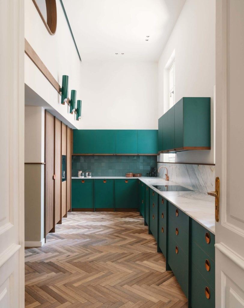 kuchnia-klasyczna-modernizm-inspiracje-jodełka-szafki-mieszanka-stylów