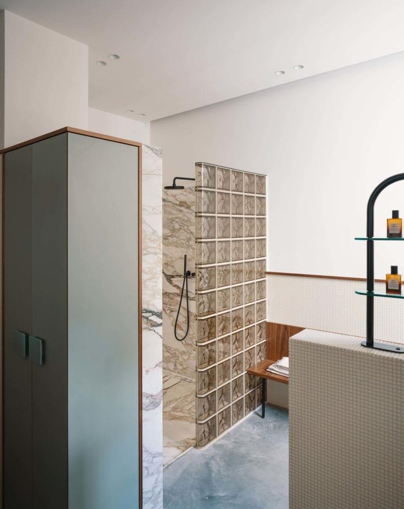 łazienka-marmur-mieszanka-stylów-błękit-wnętrze