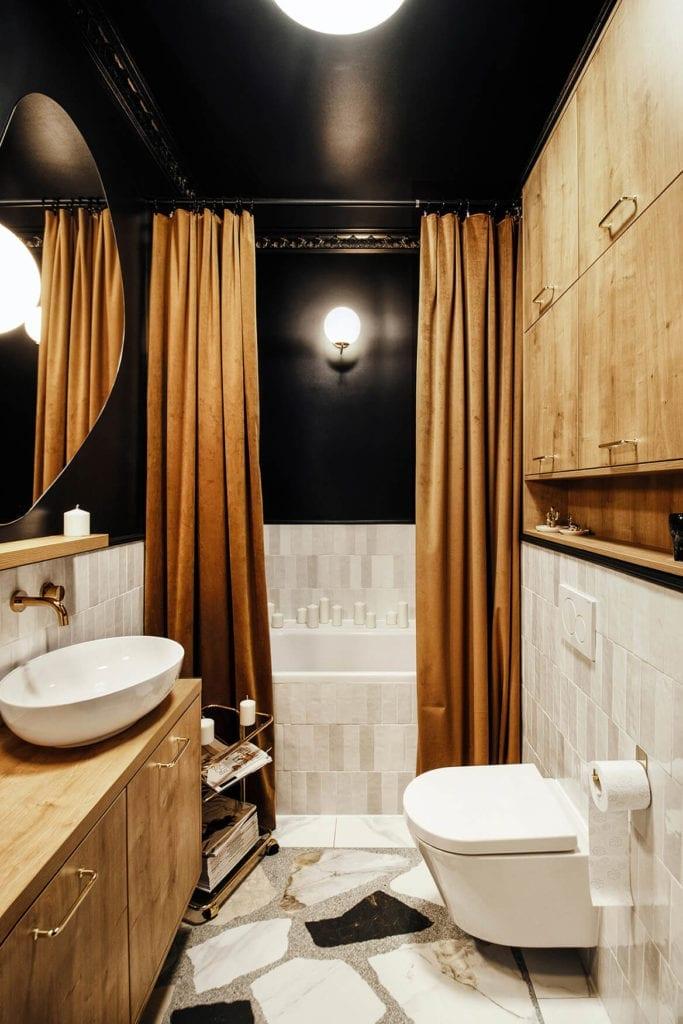 łazienka-inspiracje-czerń-kafelki-płytki-drewno