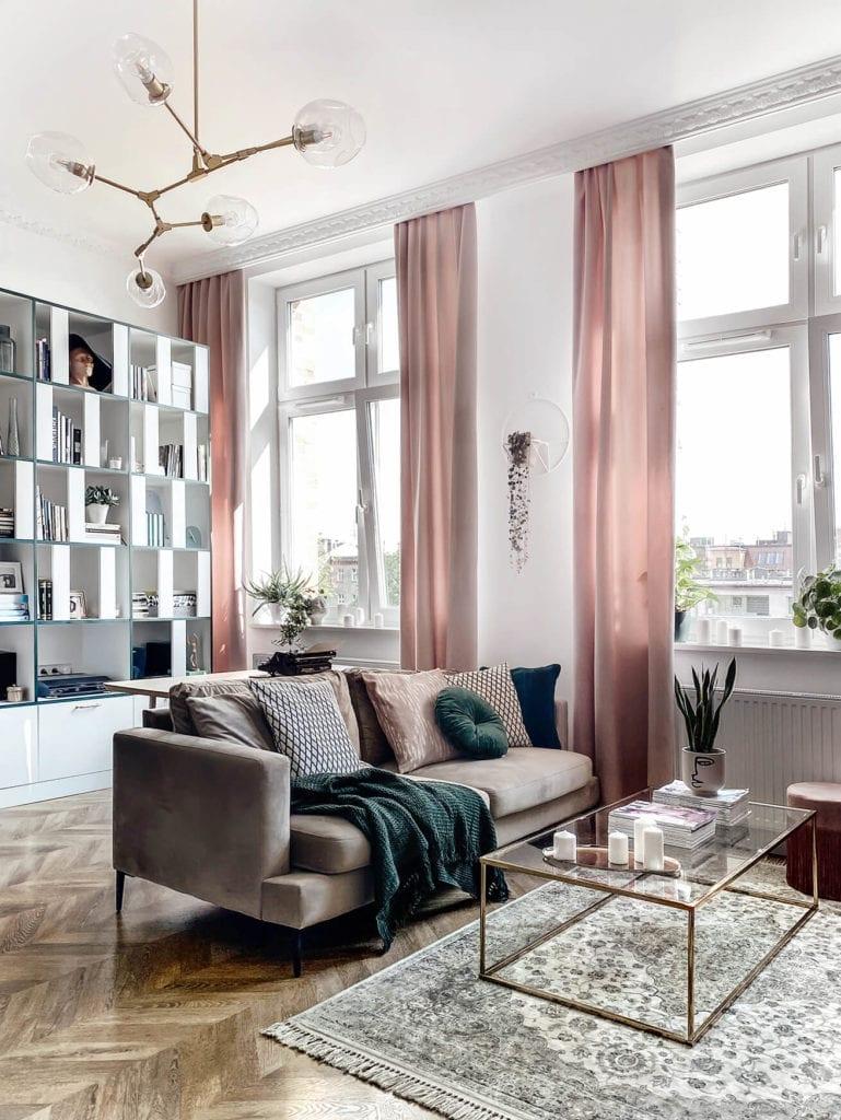 salon-inspiracje-kanapa-wnętrze-zasłony-lampa-biurko-szafa-inspiracje-mieszkanie-z-duszą