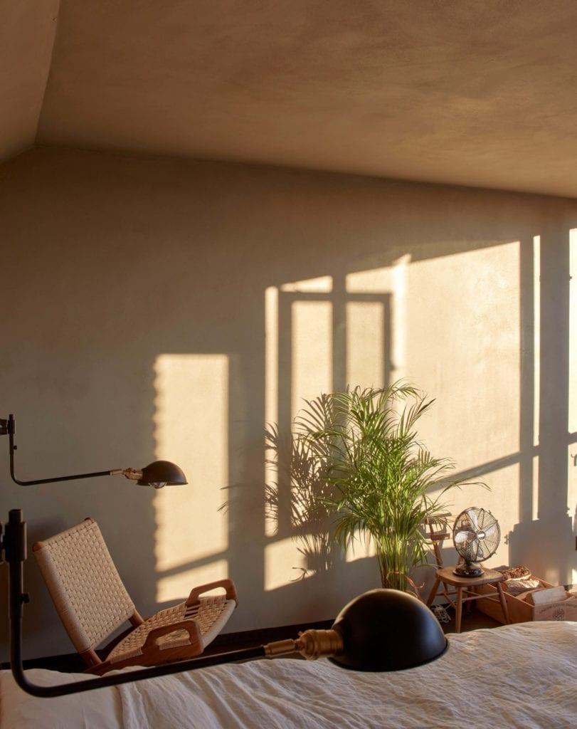 wanna-w-sypialni-mieszkanie-z-widokiem-okno-inspiracje-wnętrze-krzesło-fotel-japońska-estetyka