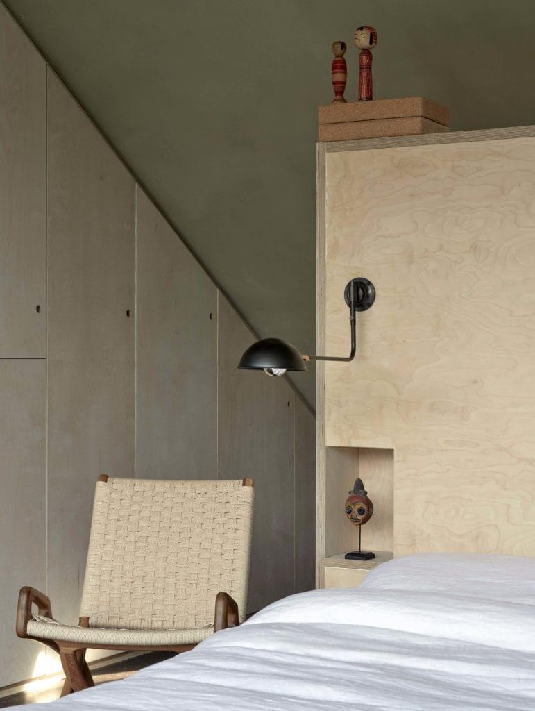 fotel-przy-łóżku-sypialnia-lampa