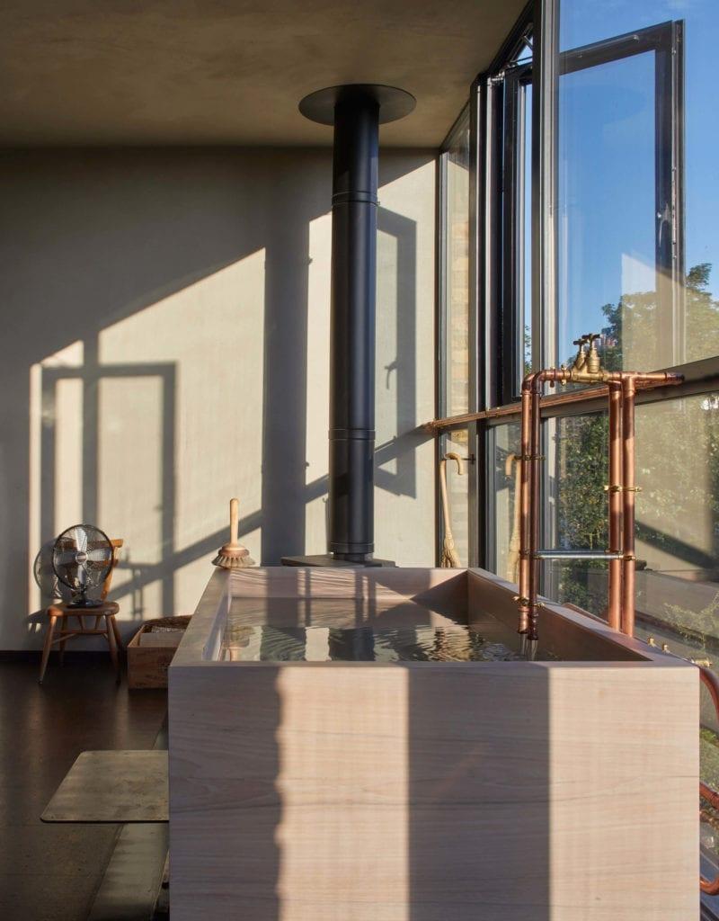 wanna-w-sypialni-mieszkanie-z-widokiem-okno-inspiracje-wnętrze