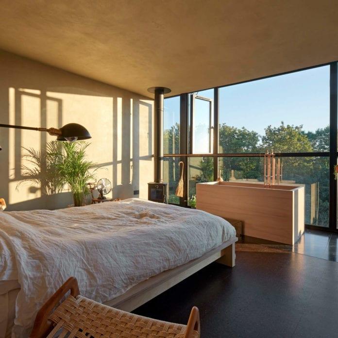 sypialnia-inspiracje-łóżko-lampa-mieszkanie-z-widokiem-wanna-w-sypialni