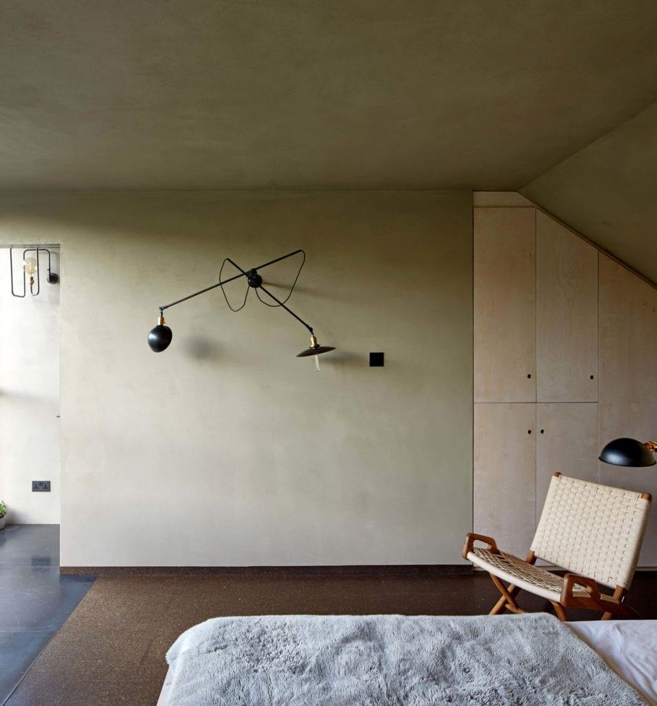 sypialnia-detale-mieszkanie-z-wiokiem-szafa-łóżko-lampa