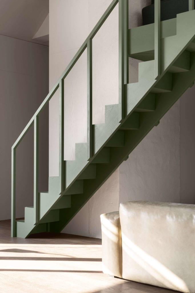schody-szałwiowy-kolor-inspirajce-minimalistyczne-wnętrze