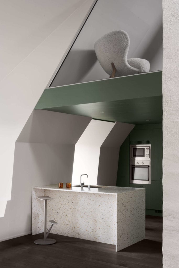 poddasze-inspiracje-wnętrze-minimalizm-kuchnia-wyspa