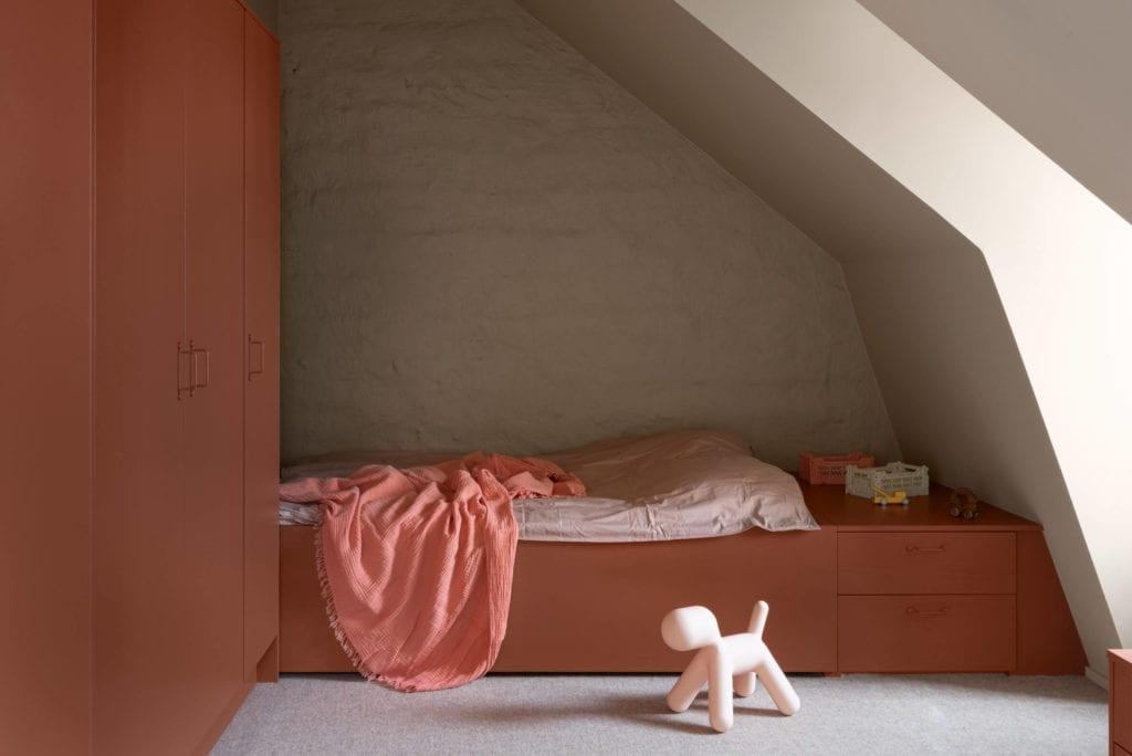 pokój-dziecka-minimalistyczne-wnętrze-sypialnia-łóżko-szafa-inspiracje