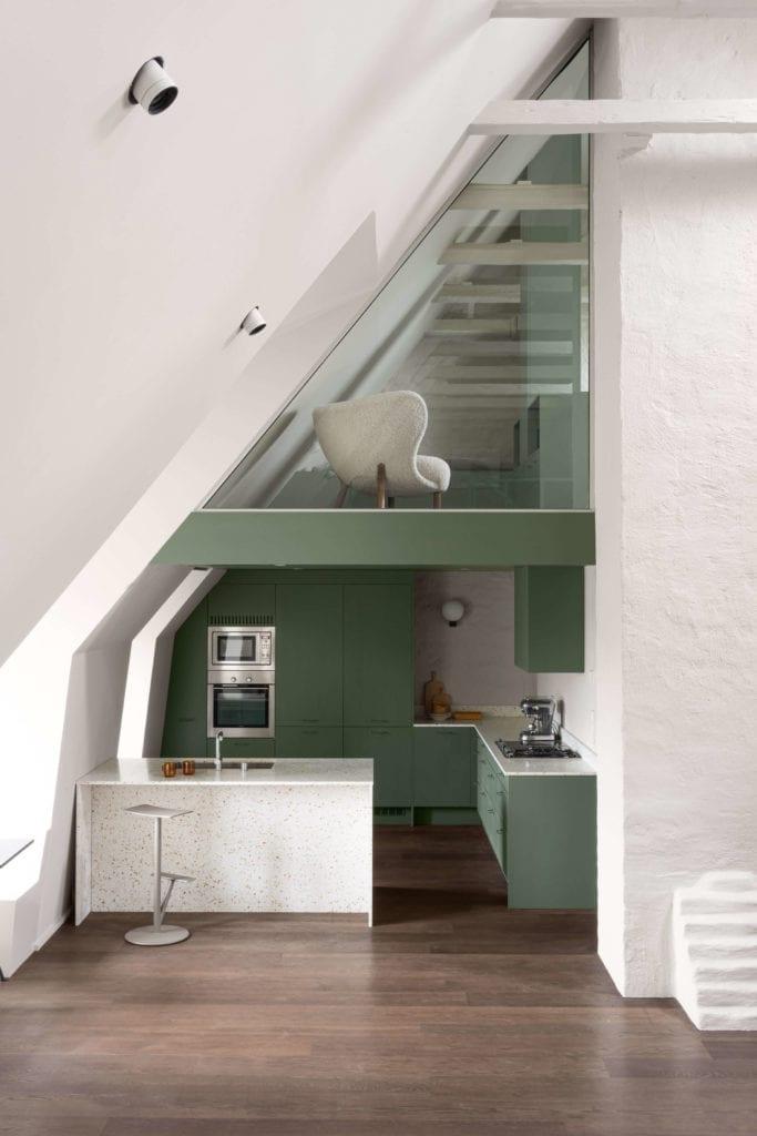 kuchnia-w-mieszkaniu-na-poddaszu-inspiracje