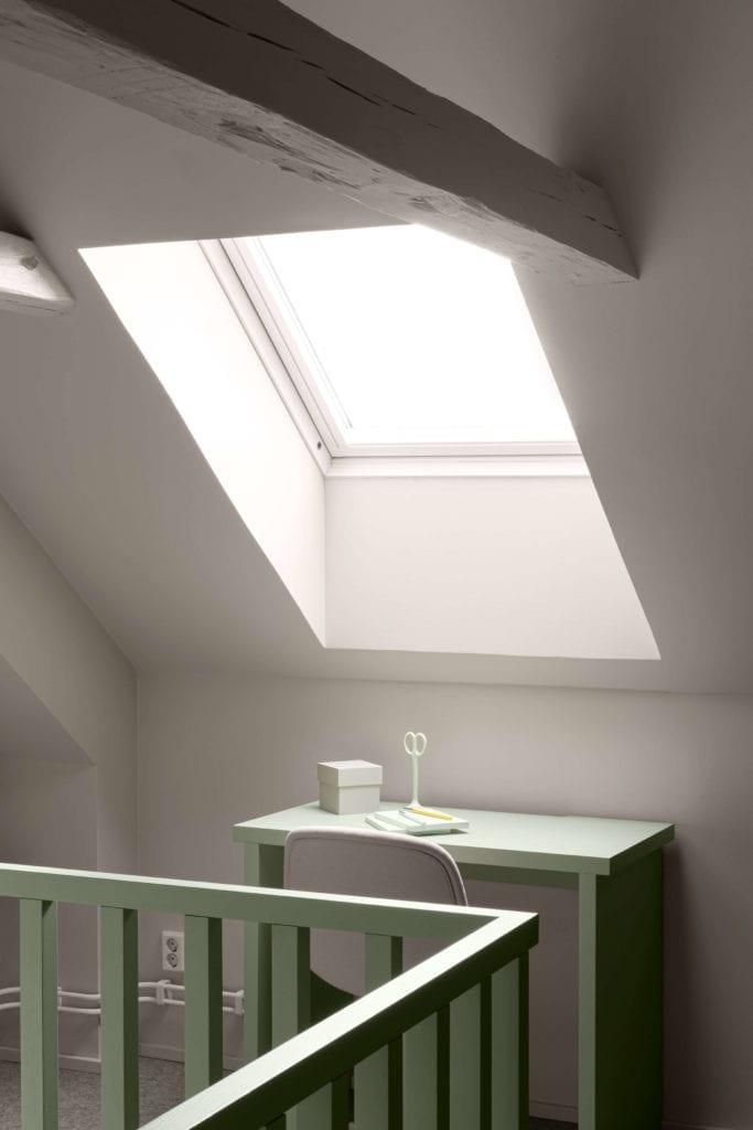 pokój-dla-dziecka-inspiracje-świetlik-biurko