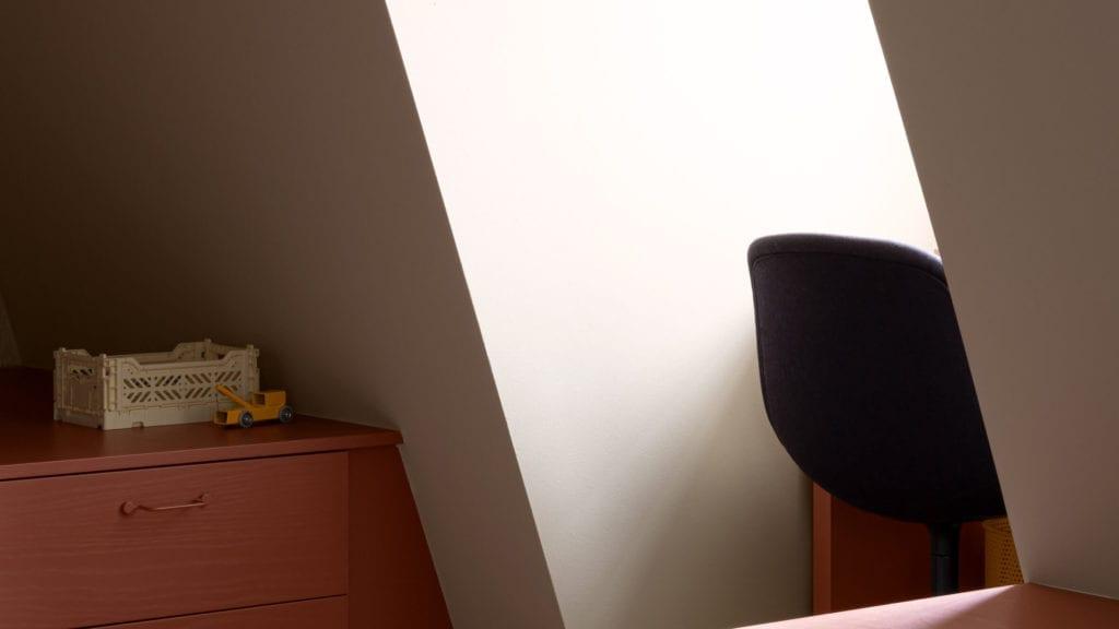pokój-dziecka-inspiracje-komoda-szafka-krzesło-biurko