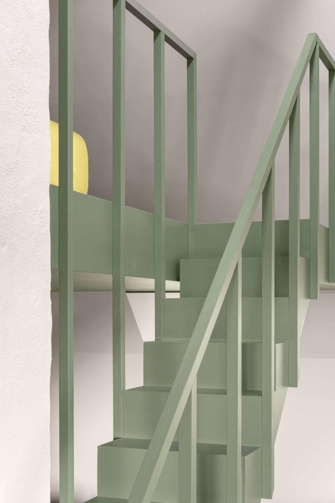 schody-minimalistyczne-wnętrze-biel-zieleń