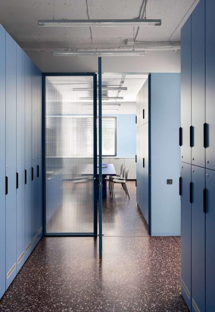 niebieskie-wnętrze-biuro-inspiracje-lastryko-szkło