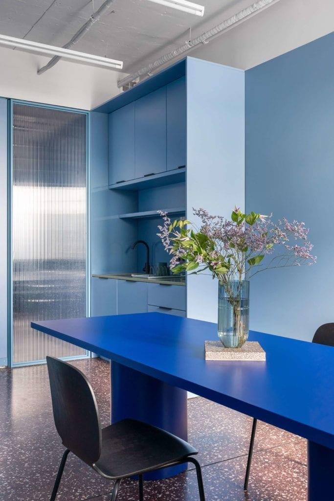 niebieska-sala-konferencyjna-wnętrze-stół-krzesła-lastryko