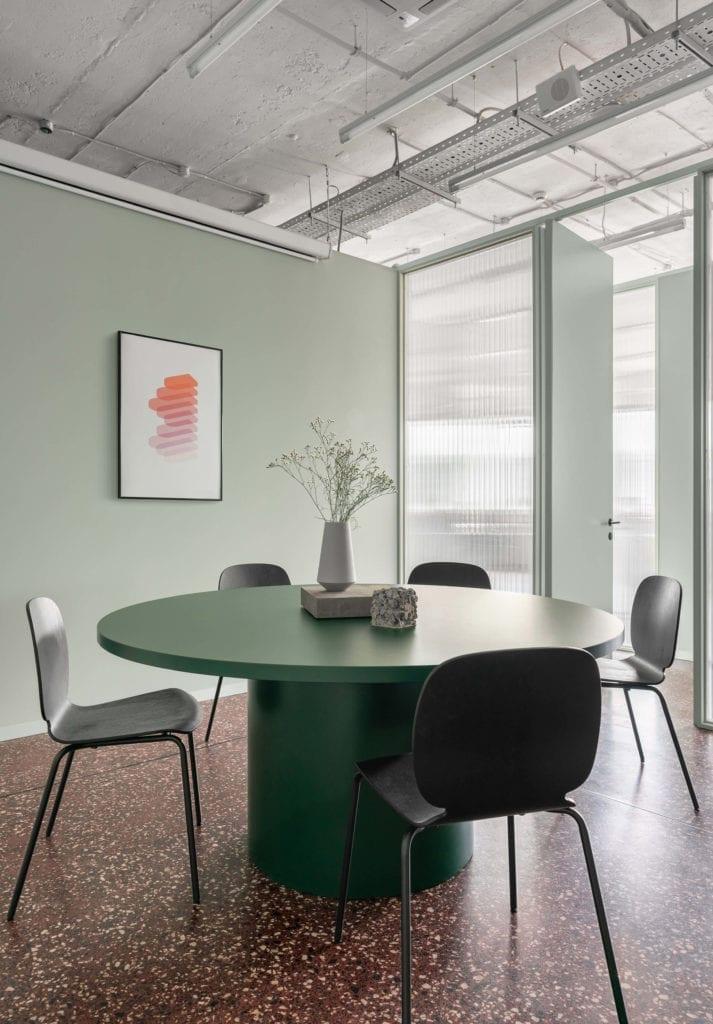 nowoczesny-dizajn-wnętrze-biura-inspiracje-terazzo-stół-krzesła